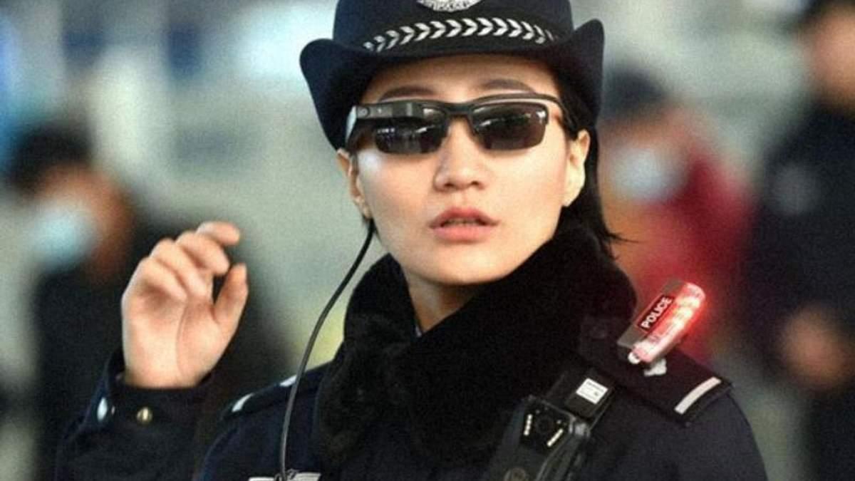 """Китайские копы начали тестировать """"умные"""" очки, которые распознают лица в режиме реального времени"""