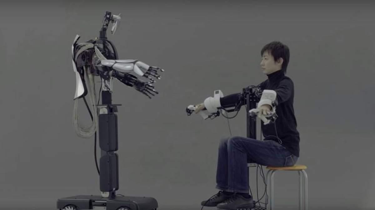 Японці презентували робота, який в точності повторює рухи людини-оператора