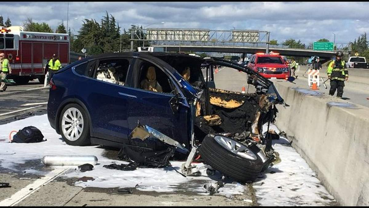 Tesla вызвало жуткое ДТП: электрокар разорвало пополам
