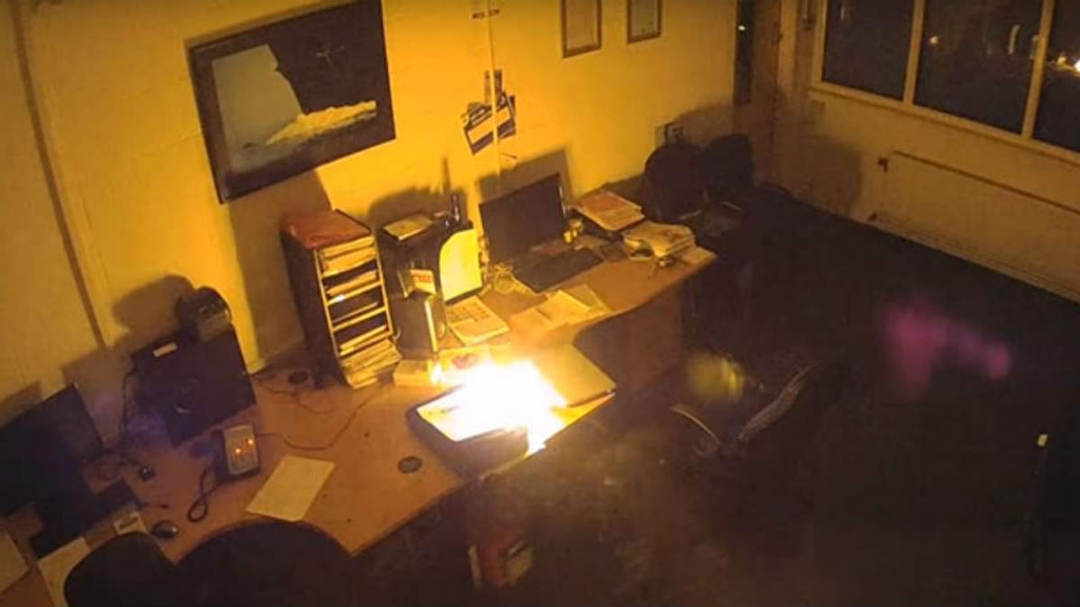 Ноутбук, который оставили заряжаться, сжег целый этаж офисного центра