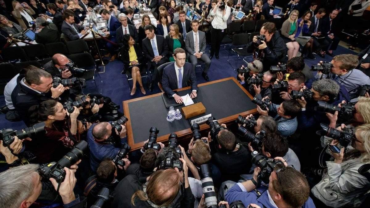 Марк Цукерберг в Сенате США на допросе