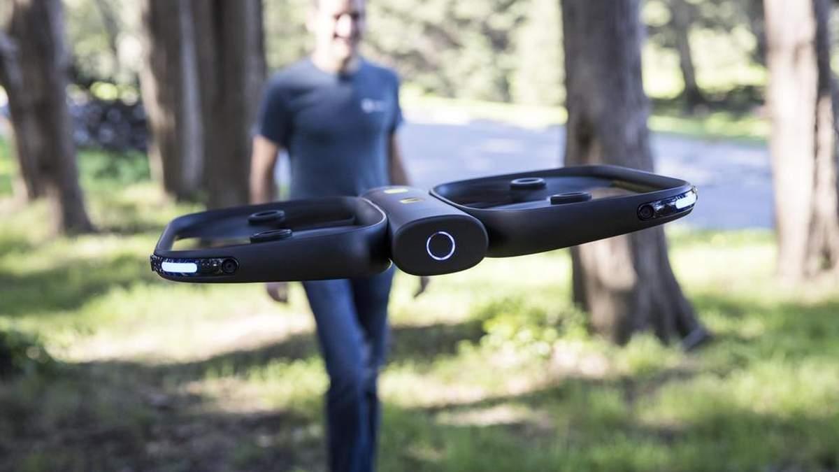 Разработчики презентовали умного дрона, который сам следует за владельцем и снимает его
