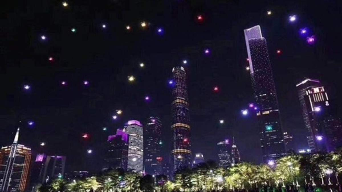 В Китае установили новый рекорд: 1374 дрона осветили небо над городом Сиань