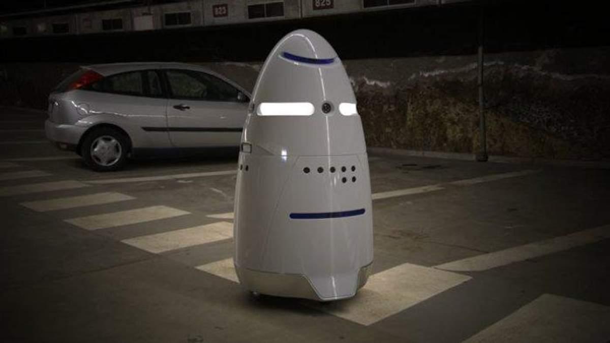 В Нью-Йоркском аэропорту работает робот, который своим поведением смущает женщин