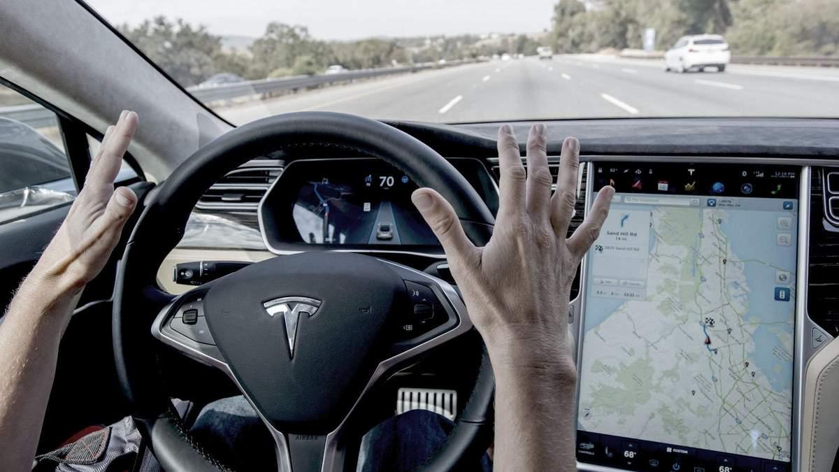 Электромобиль Tesla на автопилоте въехал в пожарную машину