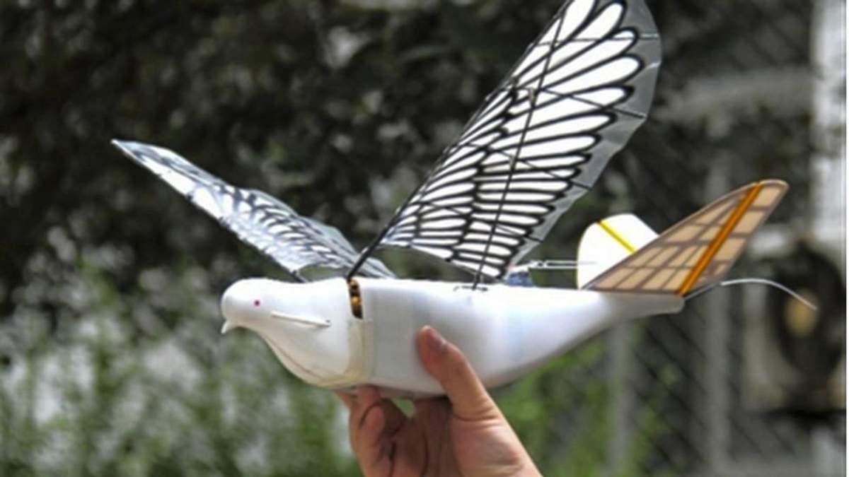 Дроны могут имитировать движения птичьего крыла, плавно набирать высоту, а также делать резкие движения в воздухе