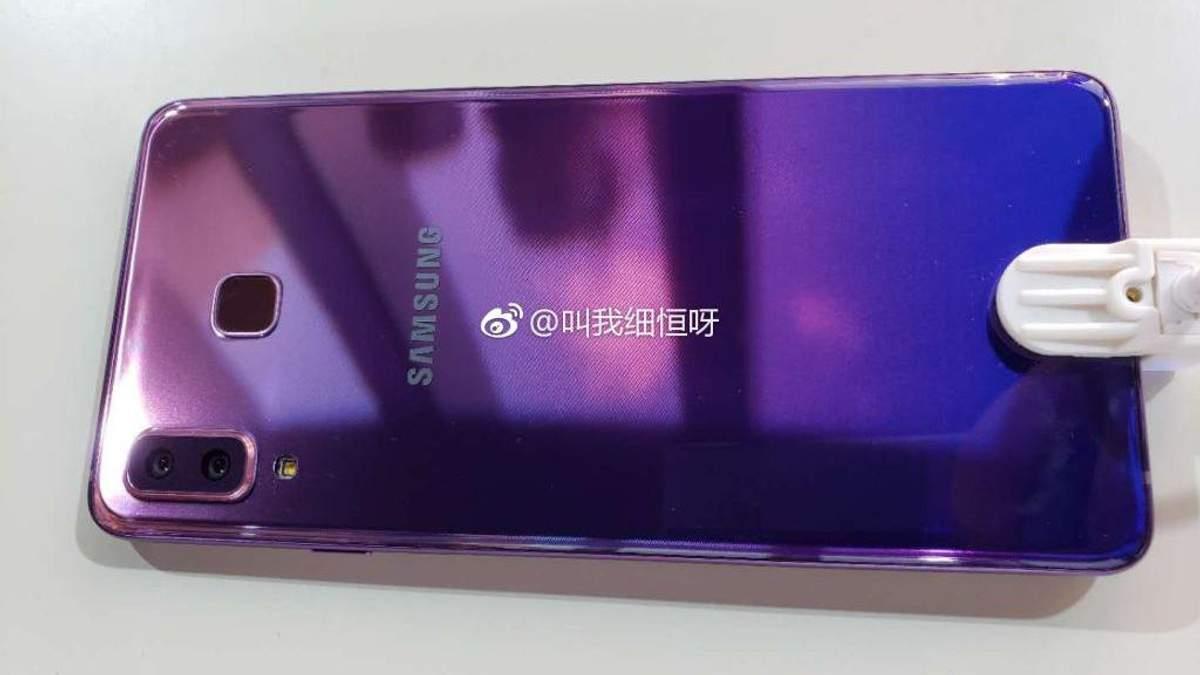 Опубліковано фото першого смартфону Samsung у градієнтному забарвленні