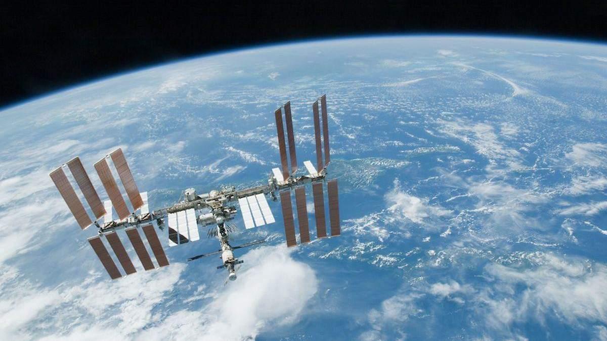 Як Міжнародна космічна станція рухається на фоні Сонця – цікавий знімок