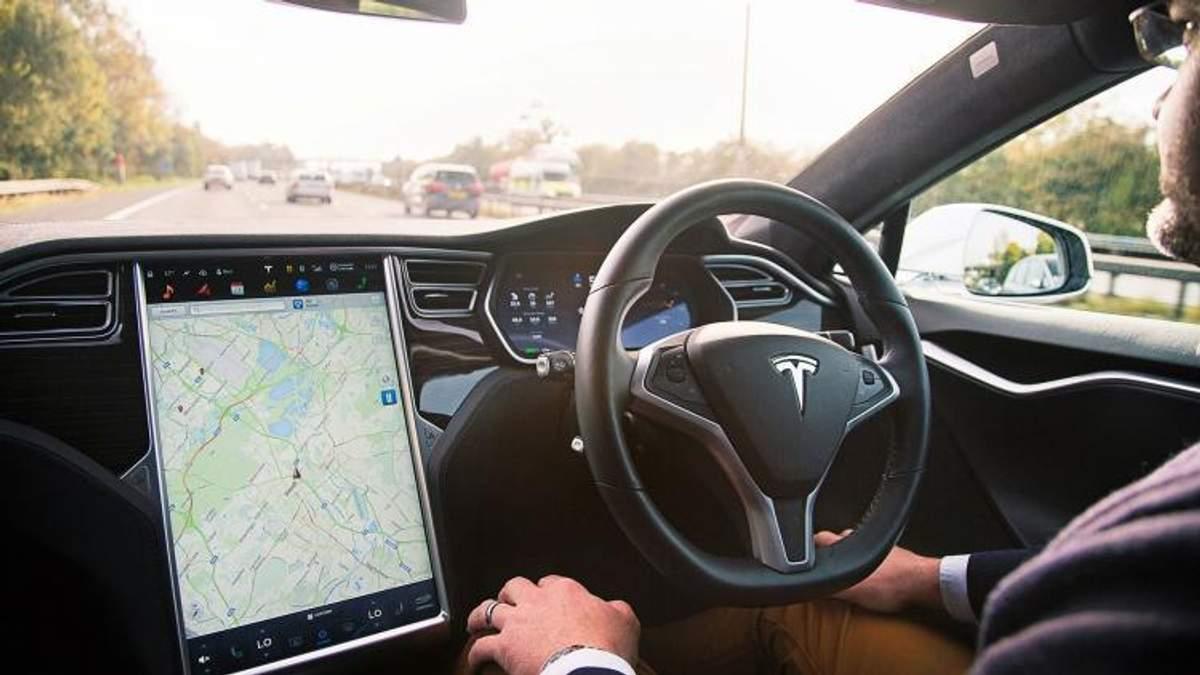 Просто дуже хотів додому: п'яний водій спав за кермом, поки Tesla на автопілоті гнала 110 км/год