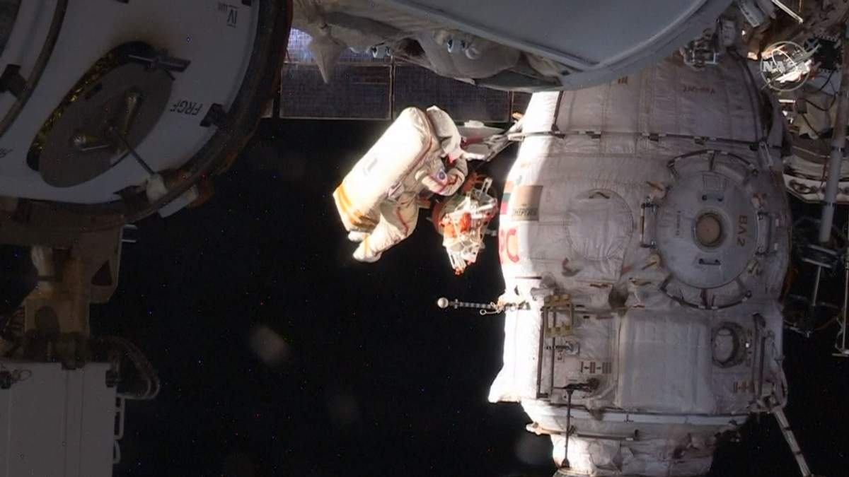 Космонавты осмотрели дыру в МКС и взяли пробы герметика