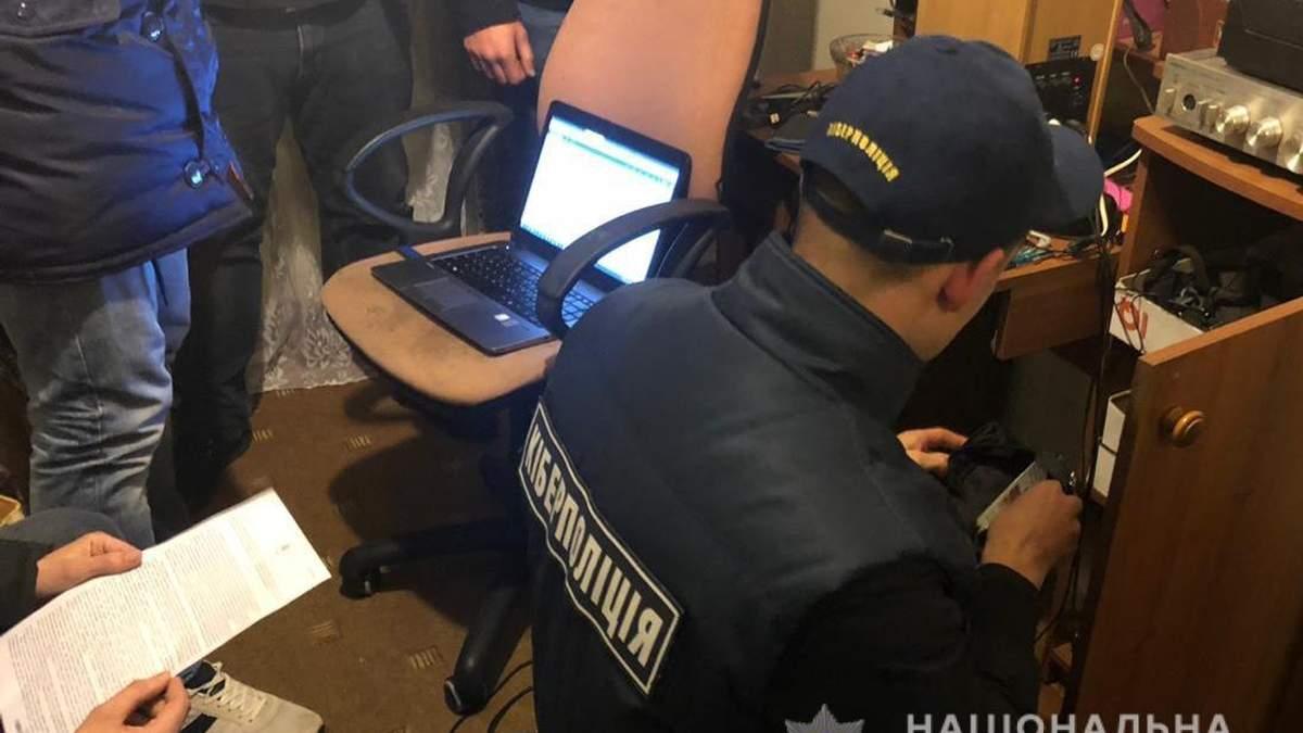 """В Украине разоблачили группу хакеров, которые через интернет """"обокрали"""" людей на миллионы гривен"""