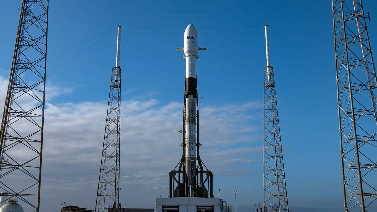 Ракета-носитель Falcon 9 перед пуском на мысе Канаверал