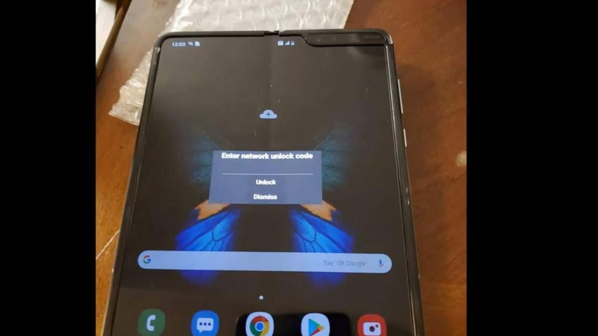 Живое видео: гибкий смартфон Samsung Galaxy Fold в руках у пользователя