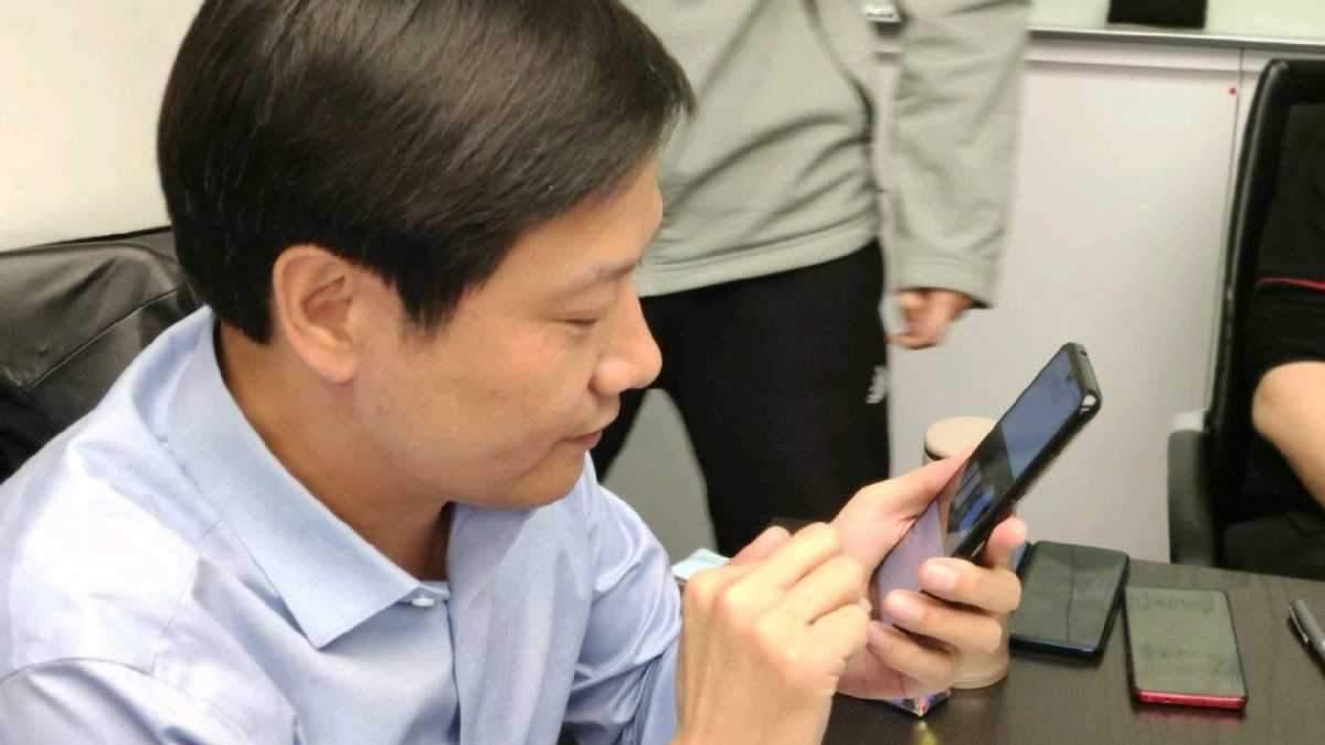 """Главу Xiaomi """"поймали"""" с новым флагманским смартфоном Redmi"""