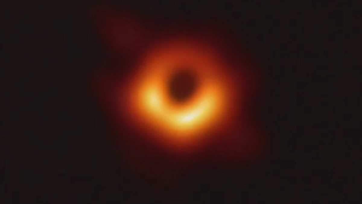 Вчені вперше в історії показали зображення чорної діри: відео