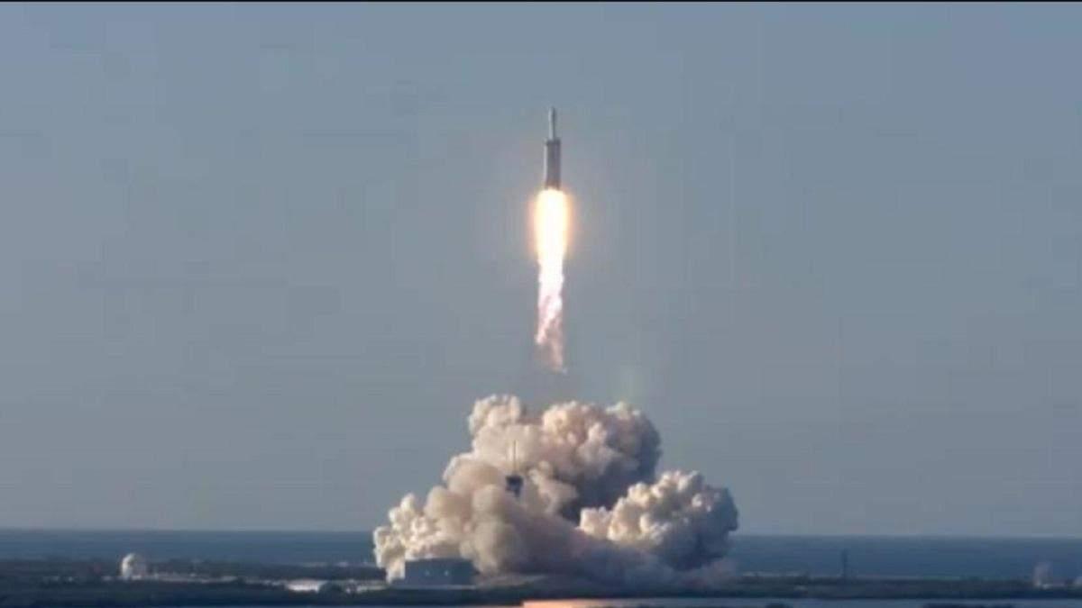 SpaceX успішно здійснила перший комерційний запуск Falcon Heavy: фото, відео