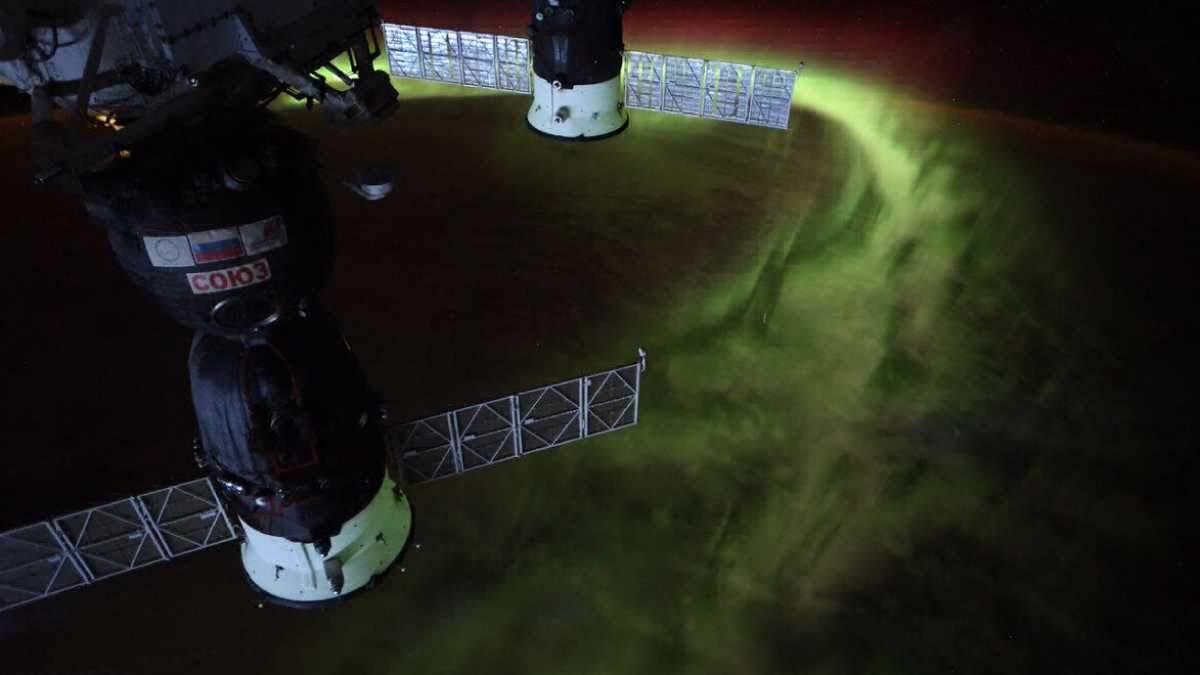 Дивовижне фото полярного сяйва з космосу