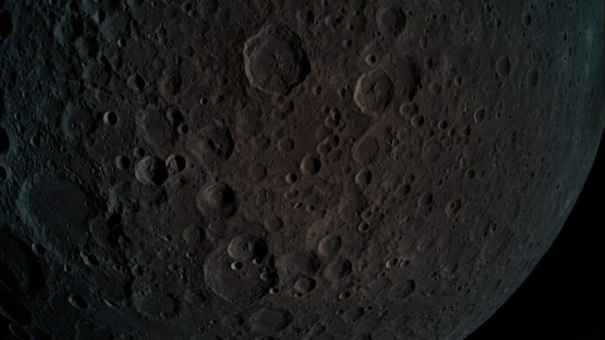 На Місяці можуть бути дорогоцінні метали