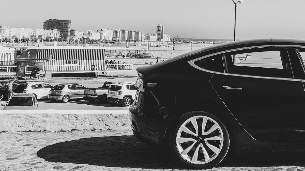 """Електрокари Tesla самі себе """"вбивають"""": у чому проблема та як її вирішити"""