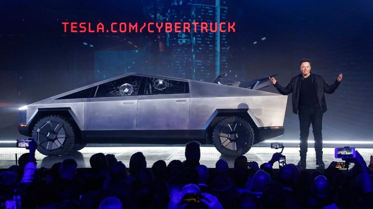 Во время презентации Tesla Cybertruck у пикапа треснуло бронированное стекло: фото