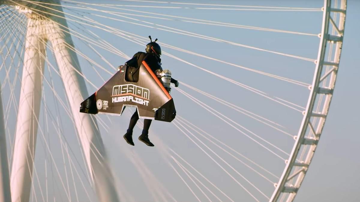 Видео дня: мужчина в реактивном рюкзаке поднялся на рекордную высоту