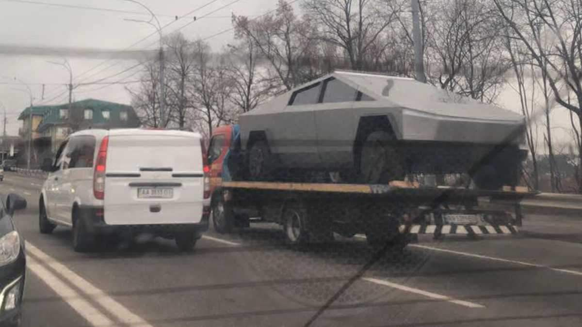На улице в Киеве увидели Tesla Cybertruck