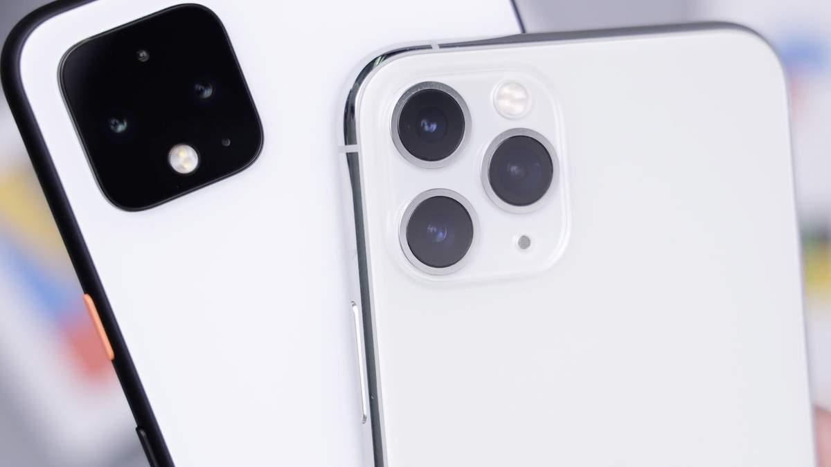 Смартфон Google Pixel 4 (слева)