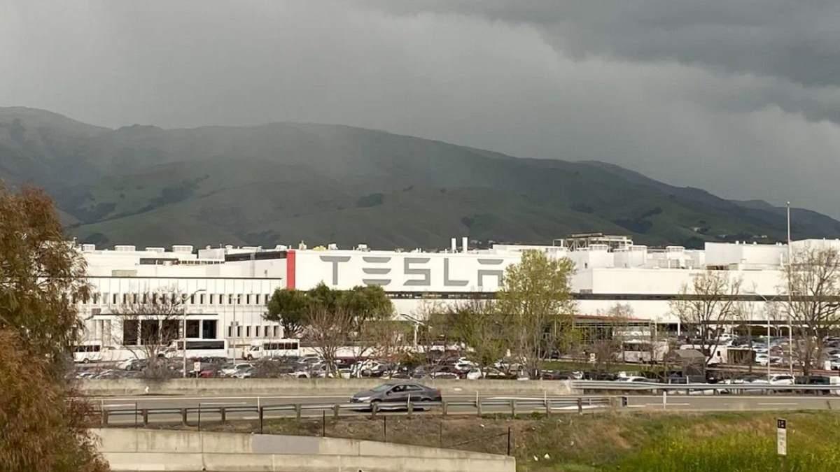 Фабрика Tesla у Фрімонті таки закриється на карантин