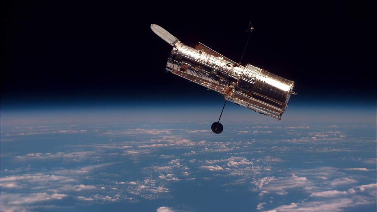 """Телескоп """"Хаббл"""" сфотографировал галактику, похожую на сладкую вату"""
