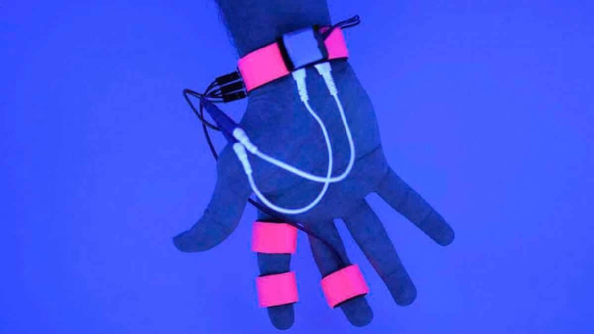 Розробили рукавичку, що може контролювати та втручатись у сни