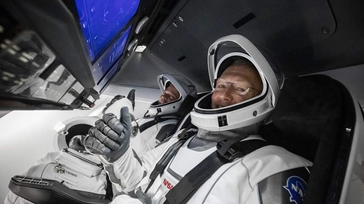 Дуглас Герлі та Роберт Бенкен на борту Crew Dragon