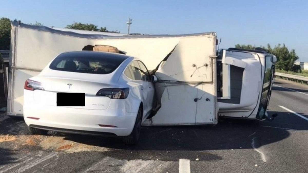 Автопілот Tesla став причиною аварії за участю електрокара Model 3: відео