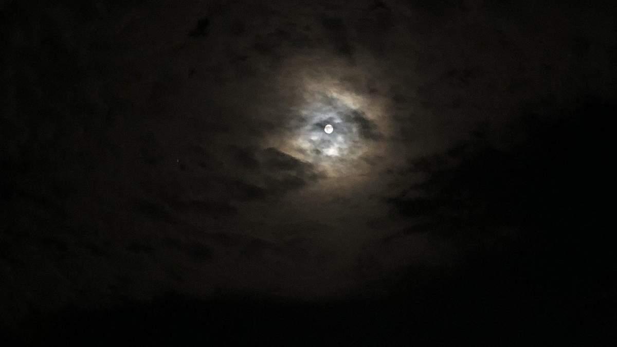 Місячне затемнення у липні 2020: яскраві фото із соцмереж