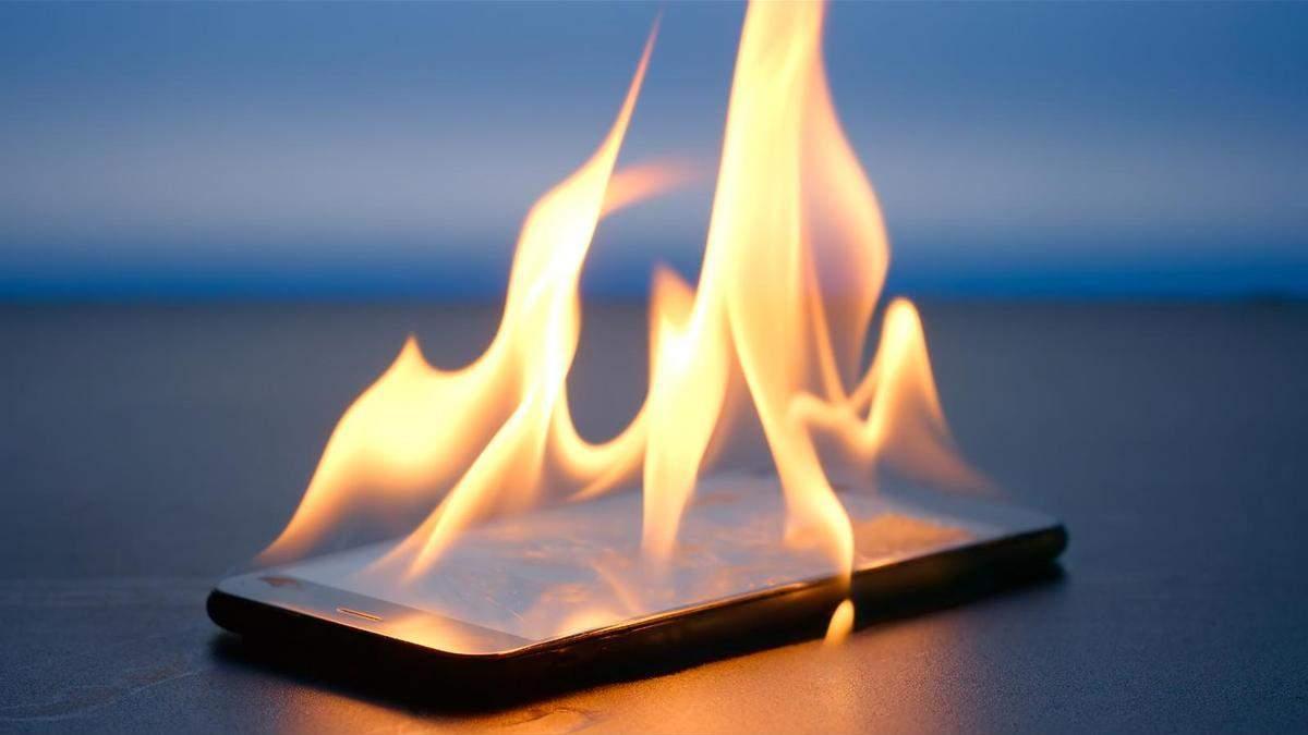 """Хакеры научились удаленно """"поджигать"""" блоки питания смартфонов"""