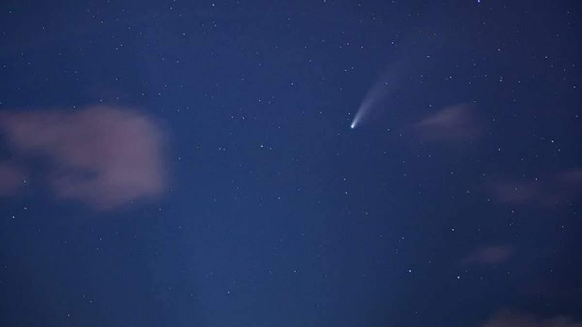 Фото дня: Комета Neowise пролітає над ракетою  Falcon 9