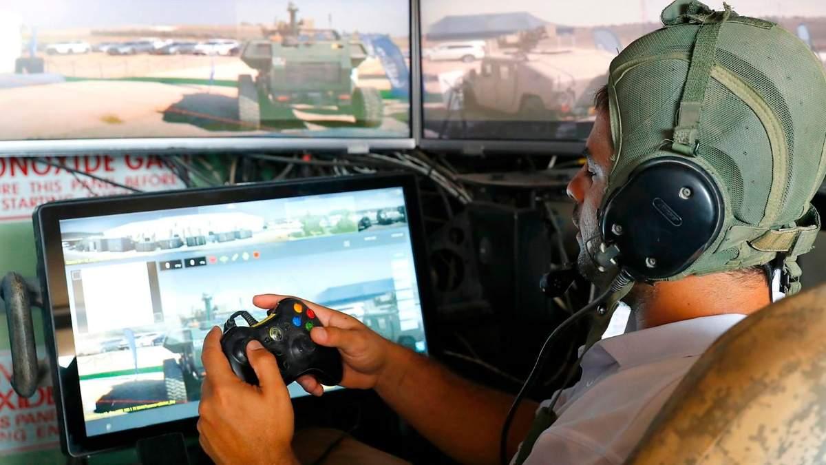 Солдат учат управлять танком с помощью консоли Xbox