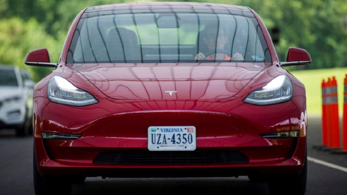 Tesla оновлює прошивку автомобілів