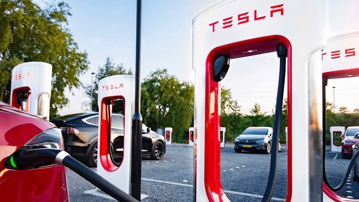 Supercharger V3 заряджає інші електрокари