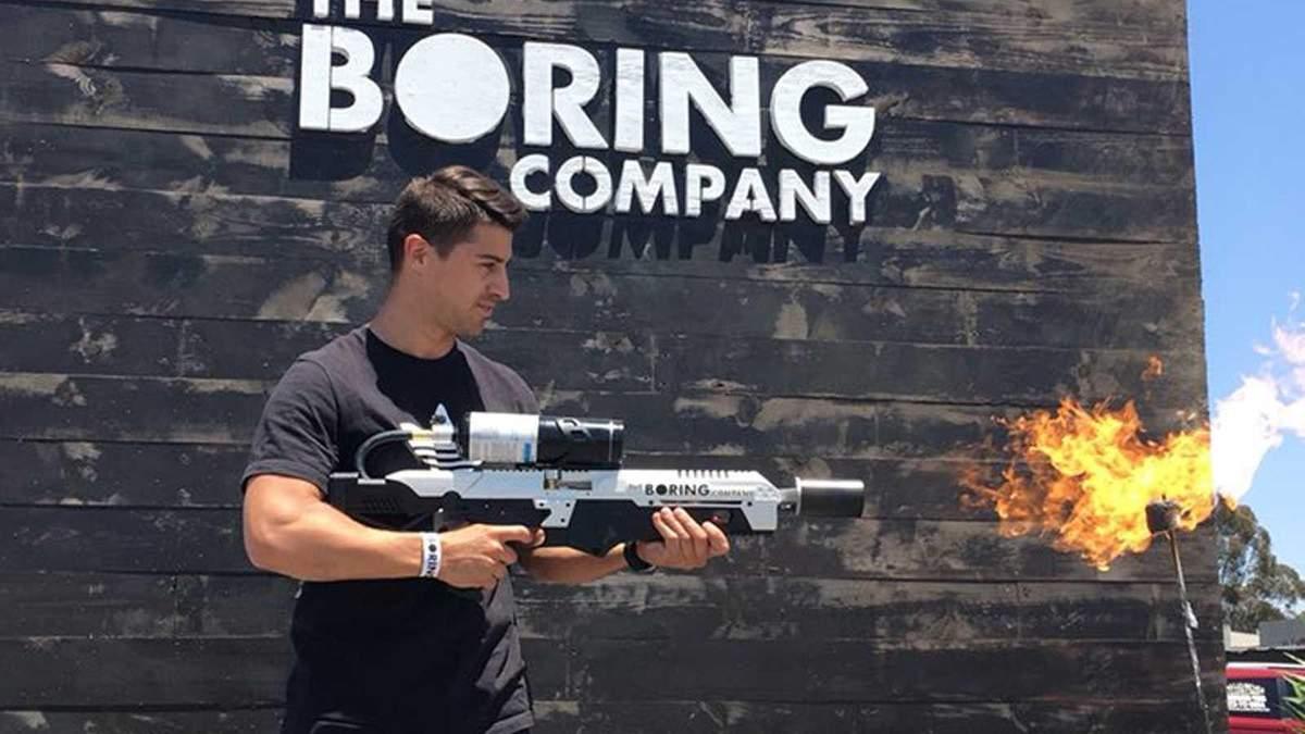 Как человек преследуют за огнеметы от Илона Маска