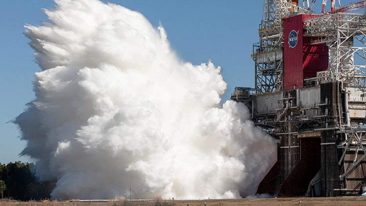"""NASA успешно провело огневые испытания ракеты SLS для лунной миссии """"Артемида-1"""""""
