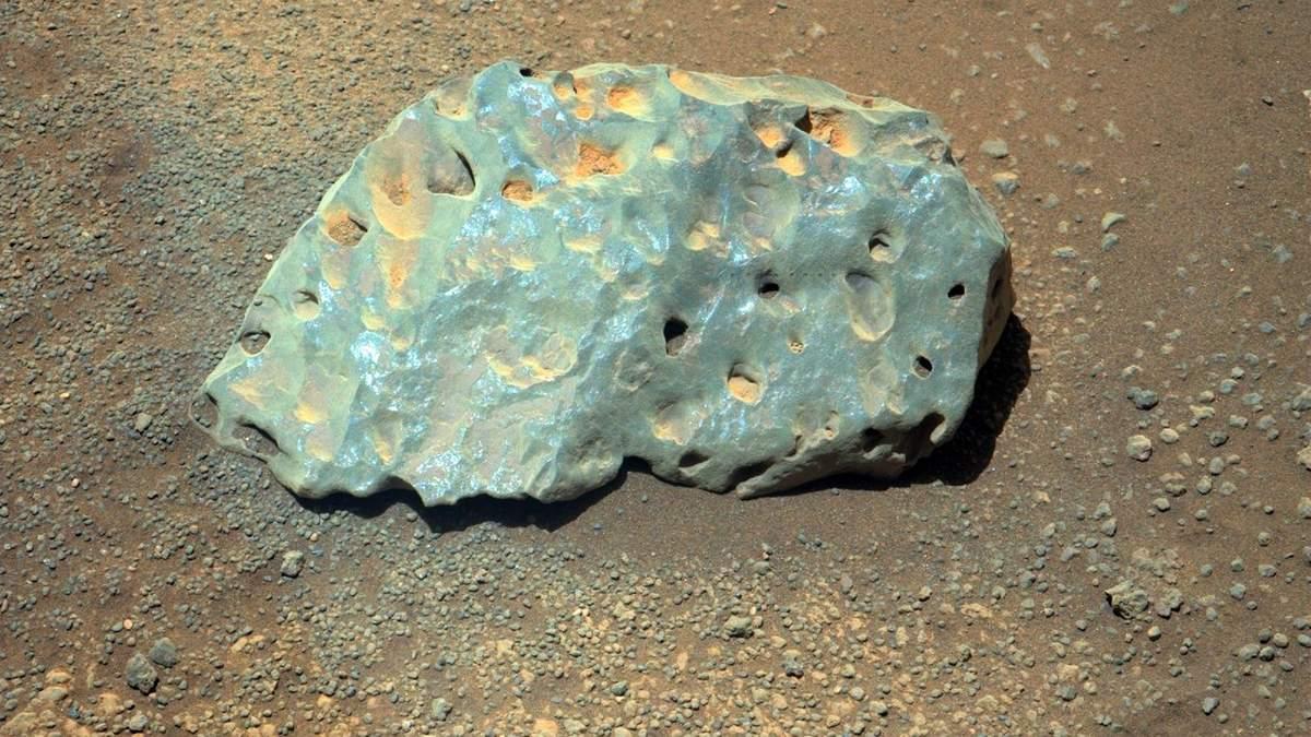 Ровер Perseverance обнаружил на Марсе загадочный зеленый камень с дырками