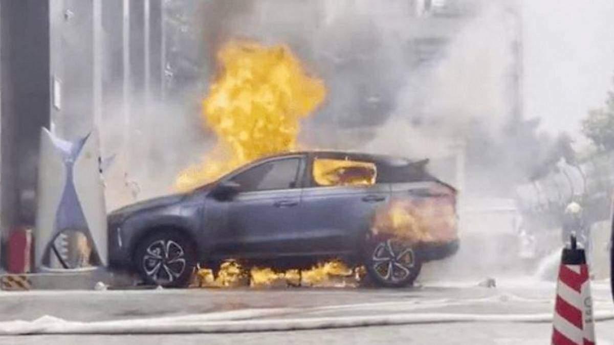В Китае загорелся электромобиль во время зарядки