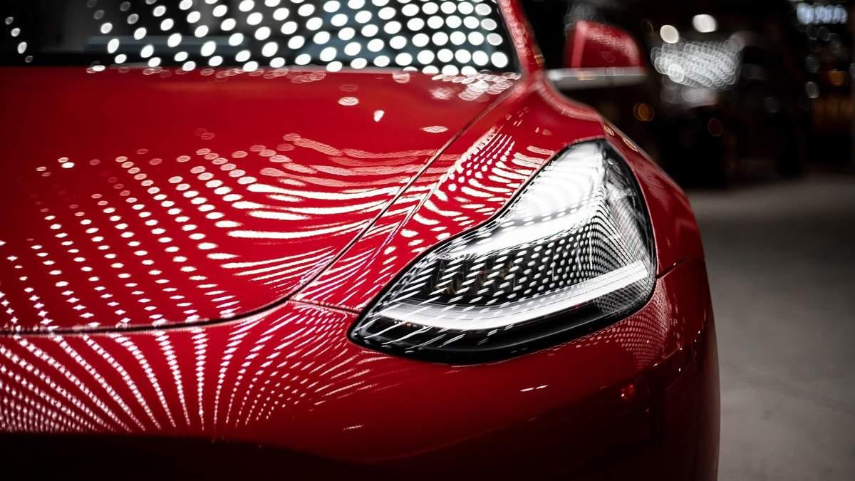 Tesla Model Y заставили ехать на автопилоте без водителя за рулем