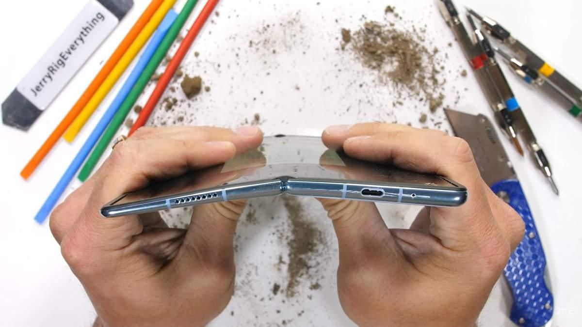 Зламати гнучкий смартфон Huawei Mate X2 виявилося не так просто, блогер провів краштест
