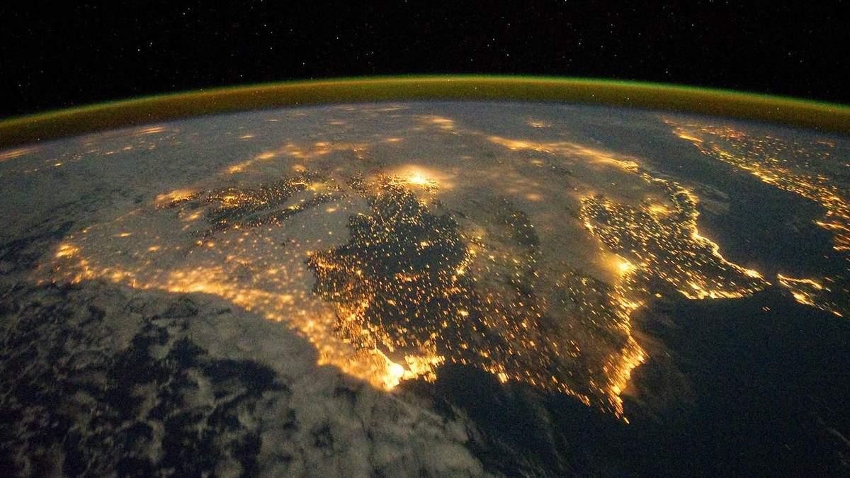 Чому атмосфера Землі не випаровується в космос