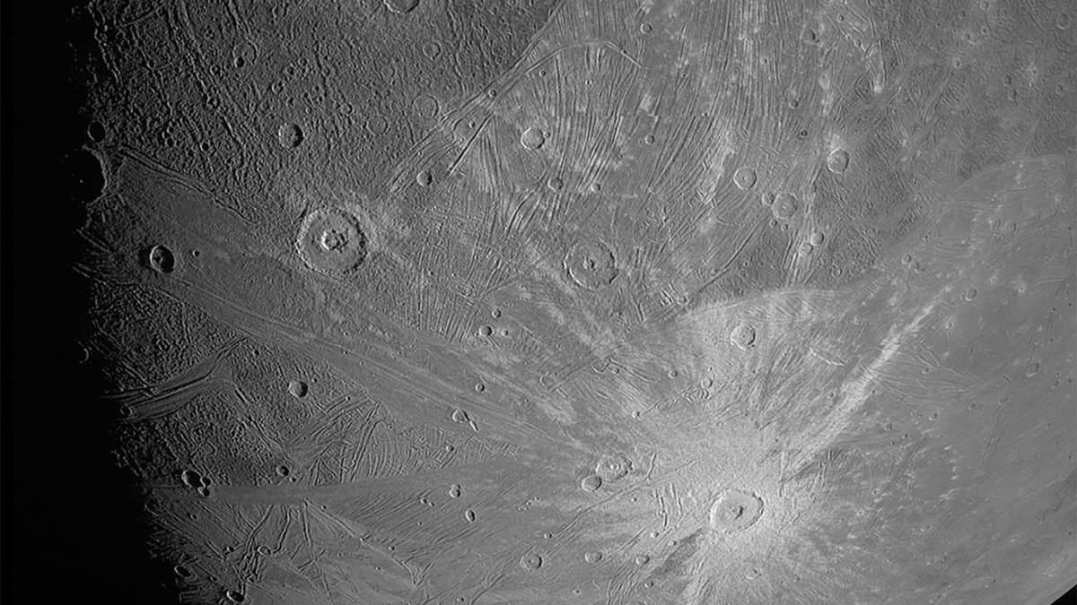 Супутники Юпітера: зонд NASA надіслав фотографії Ганімеда
