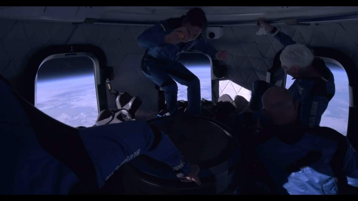 Джефф Безос опубликовал видео из капсулы во время полета в космос