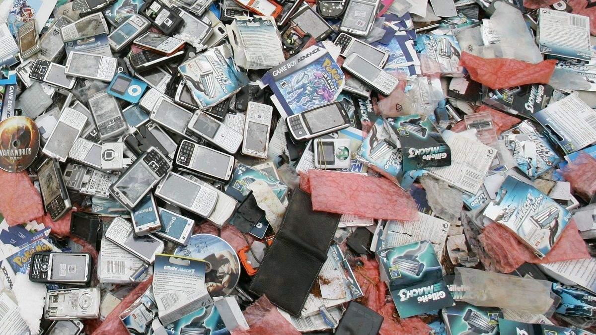 Чому не можна викидати старі смартфони у сміття