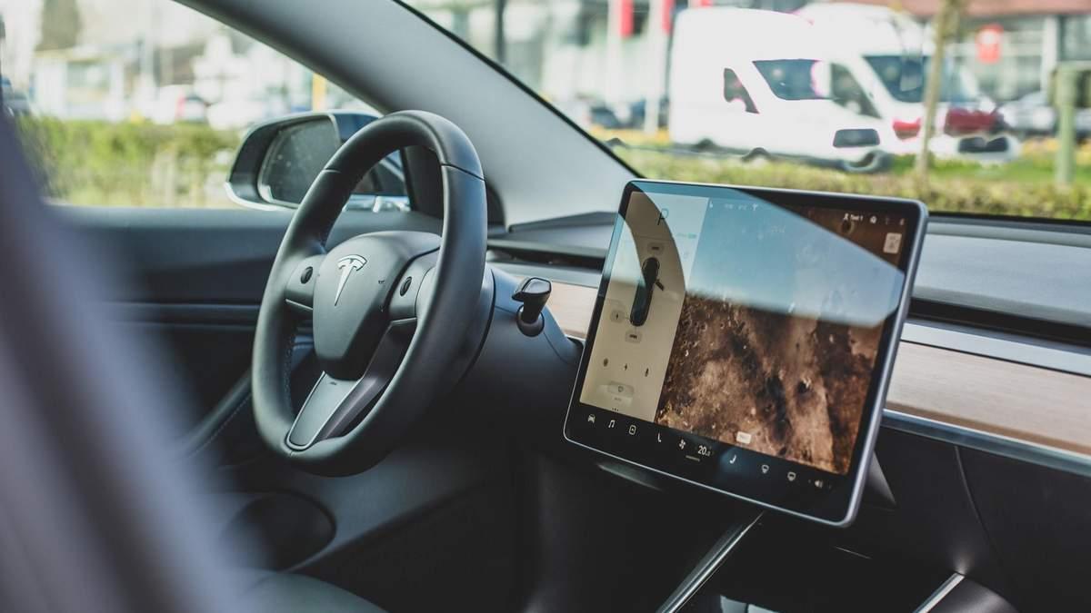 Tesla Автопілот Tesla переплутав Місяць з жовтим сигналом світлофора