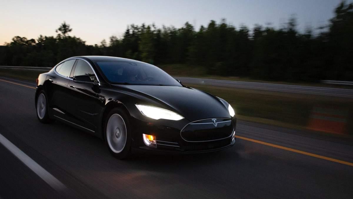 Tesla Model S спалахнула під час заряджання, спаливши весь будинок